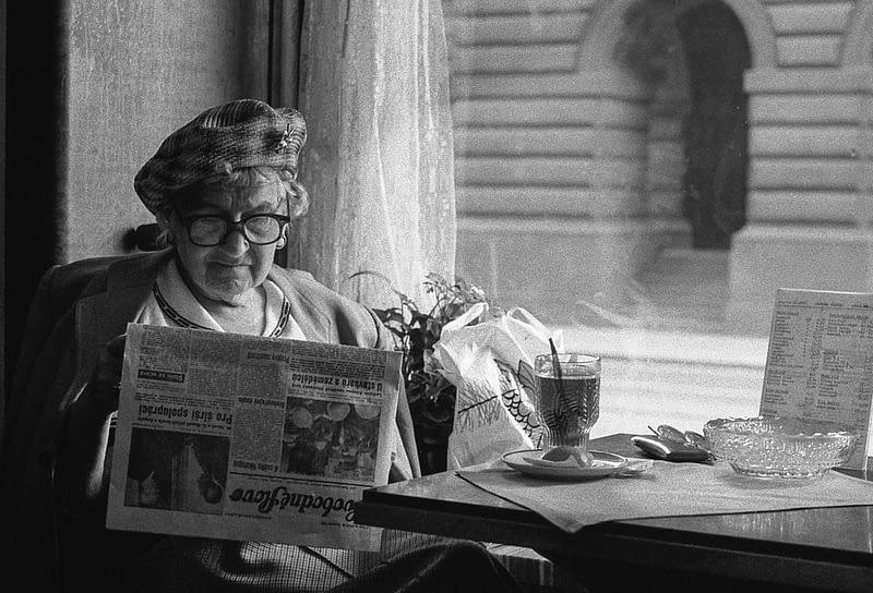 Lesende alte Dame